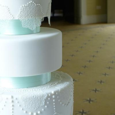 lace n pearls wedding cake 2